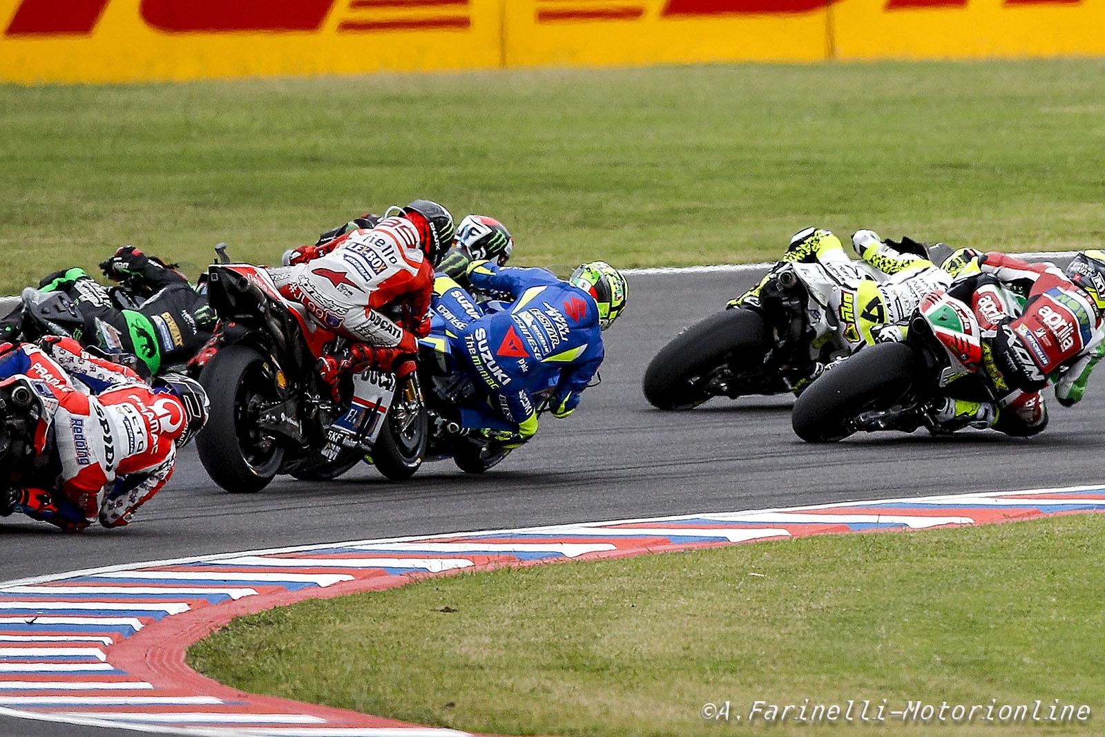 Lorenzo tampona Iannone e il suo Gran Premio d'Argentina termina alla prima curva