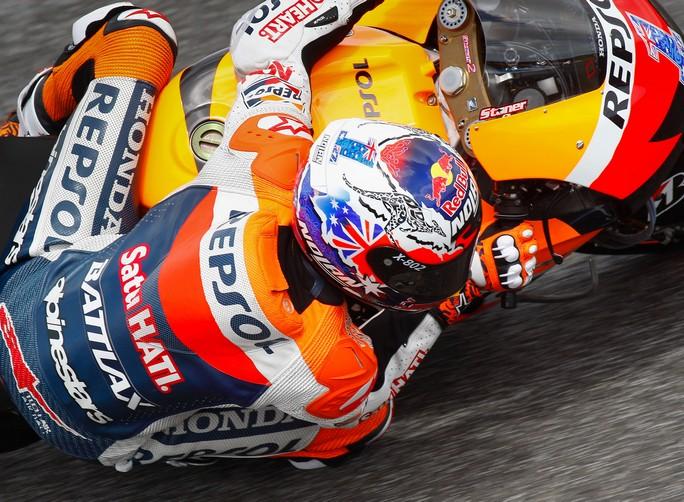 MotoGP Barcellona, Prove Libere 1: Stoner davanti a Pedrosa, Rossi 11°
