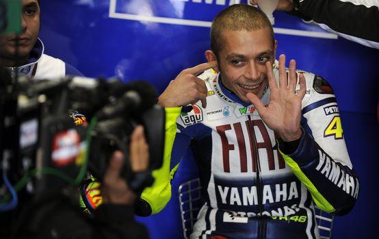 """MotoGP: Un sorridente Valentino Rossi """"sorpreso"""" stamane nella sede della Yamaha"""