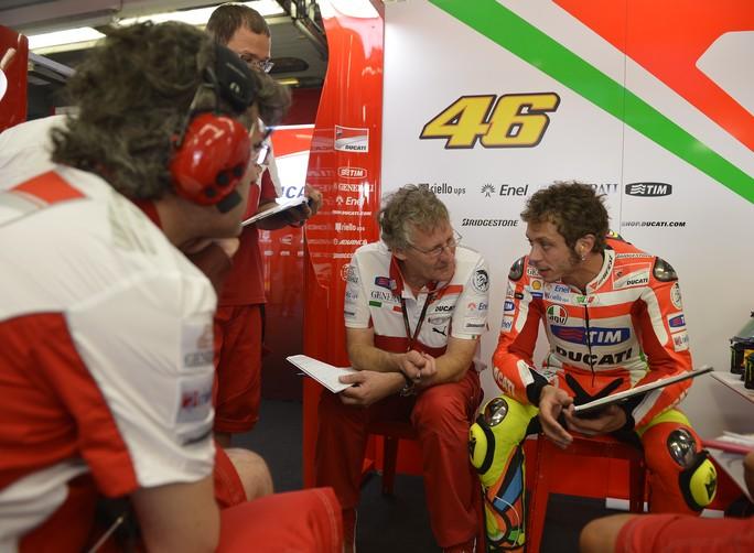 """MotoGP: Jeremy Burgess """"La moto è migliorata, ora Rossi può sfruttare la sua staccata in curva"""""""