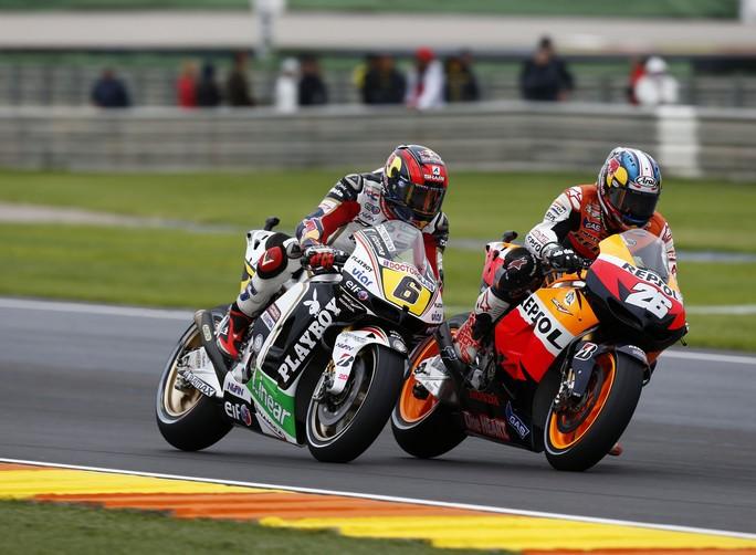 MotoGP Valencia: Stefan Bradl scivola quando è terzo
