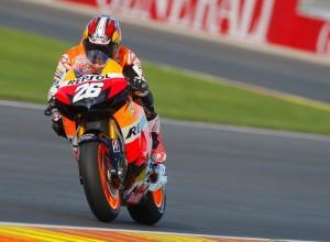 MotoGP Valencia: Vince Pedrosa, cade Lorenzo, Nakasuga e Stoner sul podio