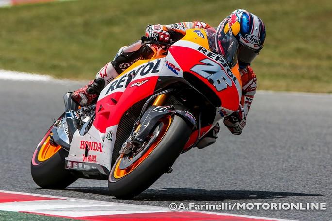 "MotoGP Catalunya: Pedrosa e una caduta ""stoppano"" Marc Marquez, pole a Dani, Rossi è 5°"