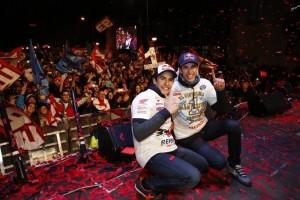 I fratelli Marc e Alex Marquez festeggiati dai fans nella loro Cervera