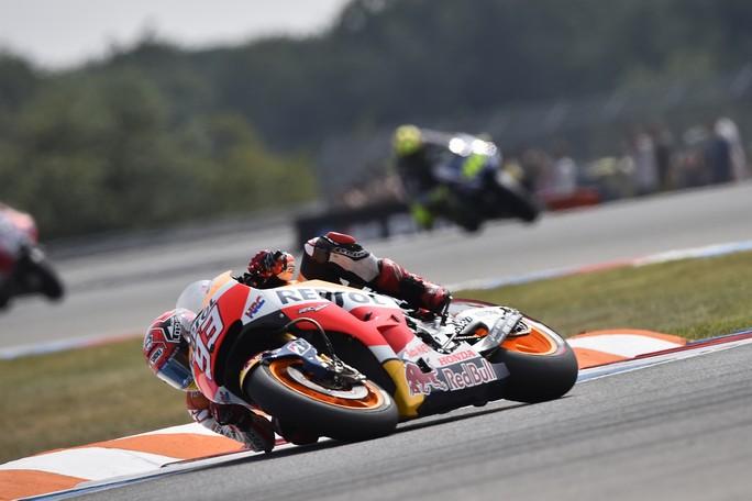 MotoGP Silverstone, Prove Libere 1: Marquez e Lorenzo dettano il ritmo, Rossi insegue
