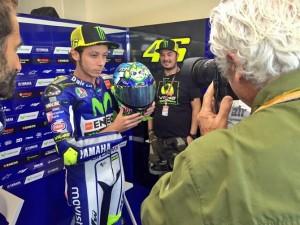 MotoGP Misano: Valentino Rossi in pista con il casco celebrativo in versione marina