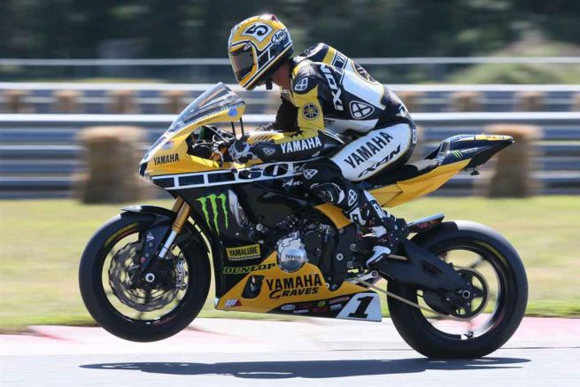 Superbike: Colin Edwards prova la Yamaha R1