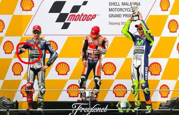 """MotoGP: Lorenzo, pollice """"verso"""" nei confronti di Rossi sul podio di Sepang"""