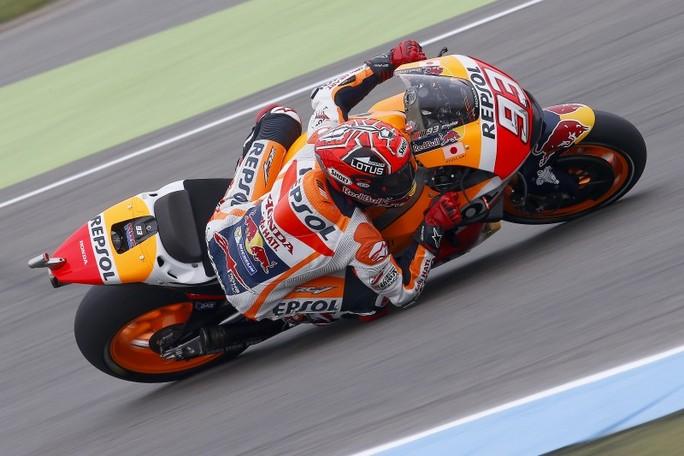 """MotoGP Assen: Marquez cade, """"ruba"""" uno scooter, e chiude 4°"""