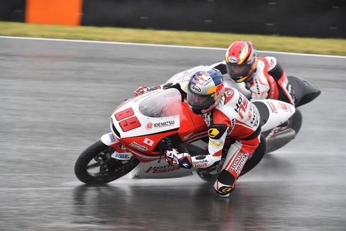 Moto3 Sachsenring: Pawi domina sul bagnato, a podio Locatelli e Bastianini