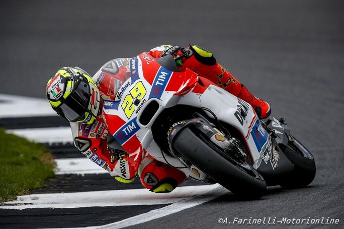 """MotoGP Silverstone: Andrea Iannone a terra, """"Ho avuto un grande problema all'avambraccio destro"""""""