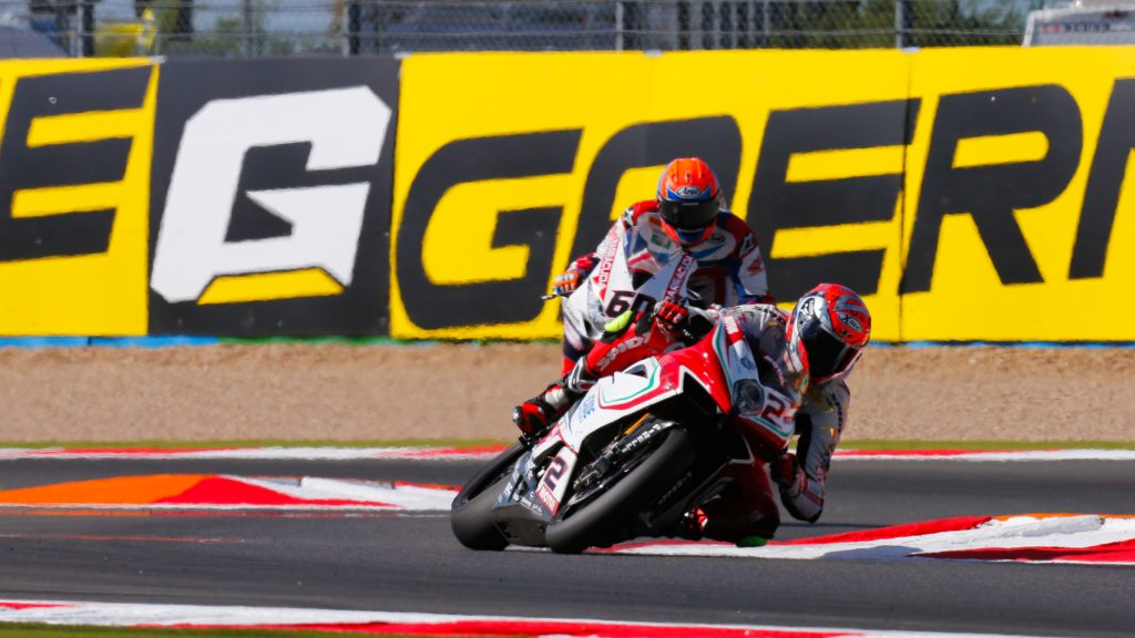 Superbike Magny-Cours, Gara 2: Leon Camier ancora vicinissimo al podio