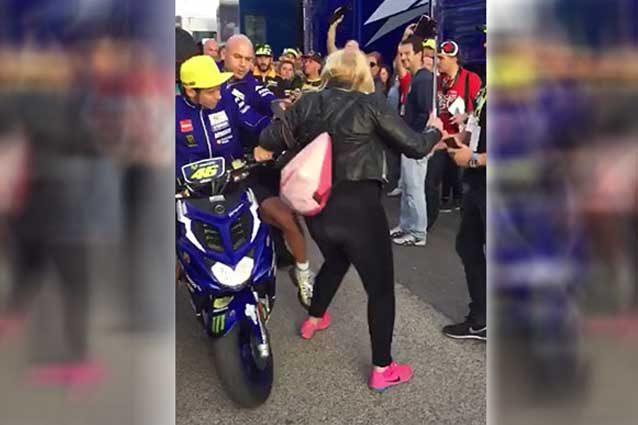 MotoGP: Il giudice sospende la causa della signora spinta da Rossi nel paddock di Valencia