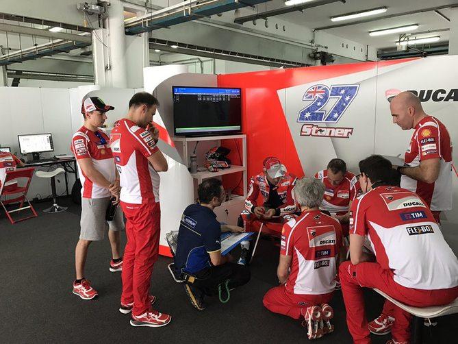 MotoGP: Casey Stoner in pista a Sepang, Lorenzo ai box – Video
