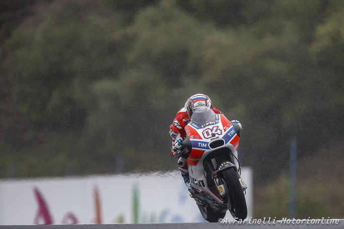 MotoGP Le Mans, FP2: Dovizioso il più veloce sul bagnato, Petrucci terzo, Rossi decimo