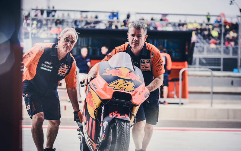 """MotoGP: La vita di un meccanico da """"corsa"""""""