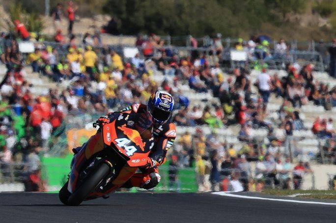 Moto2, Oliveira beffa Morbidelli a Valencia: quarto posto per Pecco Bagnaia