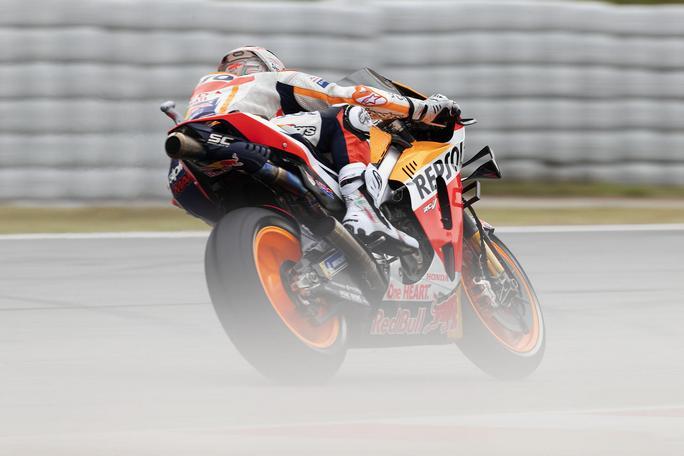 Gp Catalogna: vittoria Marquez. Errore Lorenzo, travolge Rossi e Dovizioso subito fuori