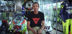 MotoGP | Valentino Rossi da il benvenuto nella sua stanza segreta [VIDEO]