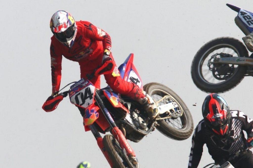 MotoGP | Andrea Dovizioso cade in una gara di motocross, spalla a rischio