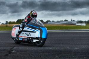Max Biaggi in sella moto elettrica Voxan per tentare di battere 12 record di velocità