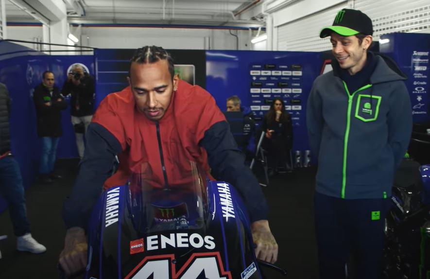 """Scambio F1 MotoGP: Valentino Rossi e Lewis Hamilton, il """"dietro le quinte"""" [VIDEO]"""
