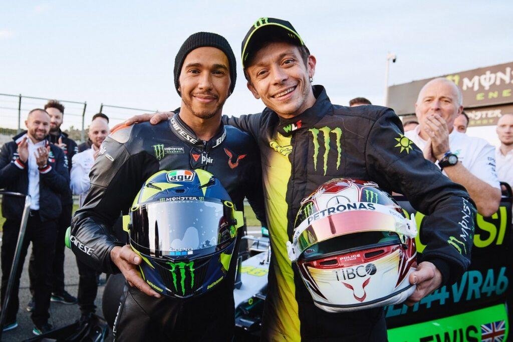 MotoGP |  Valentino Rossi si congratula con Lewis Hamilton per la 100esima vittoria in F1